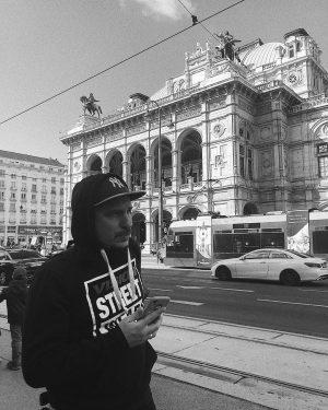 Він заслуговує на окрему публікацію, бо терпляче фотографує мене біля кожної гарної будівлі ...