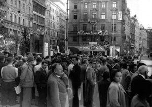 80 Jahre Kriegsbeginn, Schwedenplatz 1939|2019. Am 1. September 1939 versammelt sich eine Menschenmenge ...