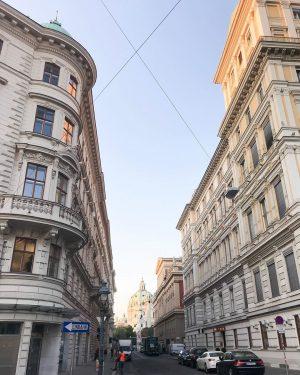 Это снимок, сделанный с нашей прошлогодней поездки в Вену. Чтобы вы понимали насколько красива и элегантна Вена-...