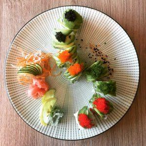 Sushi (jap. 寿司) ist ein japanisches Gericht aus erkaltetem, gesäuertem Reis, ergänzt um Zutaten wie rohem oder...