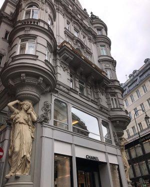 ... місто, що живе у ритмі вальсу 😌 • • • #vienna #austria #architecture