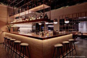 Willkommen im Porto! Die wunderschöne, freistehende Bar lockt mit perfekt gemixten Klassikern und modernen Kreationen der Barkultur....