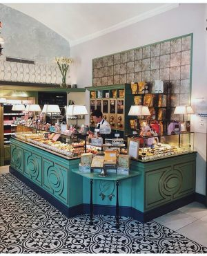 The cutest café & pâtisserie in Vienna ☕️🍰 #summer2019 #deaandari #vienna #adventures #besttimes #cafe #shop #chocolatier Video...