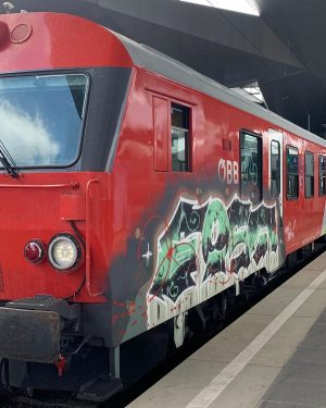 13/09/2019 Wien Hauptbahnhof Cityshuttle nach Bratislava Hlávna Staniça Diesmal mit Graffiti Waggon #wienhauptbahnhof ...