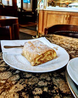 Apfelstrudel . . . #apfelstrudel #wien #delikat #süß #mehlspeise #kaffeehaus #igersvienna #igersaustria