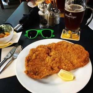😎🍽️🍺 #grapesolutions #grapearoundtheworld #travel #weekend #wienerschnitzel