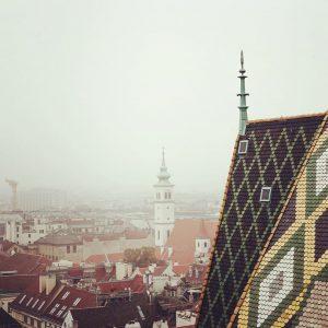 Nebliger Tag in #Wien #foggy #vienna #stephansdom #nebligertag #blicküberwien #überdendächernwiens #überdendächern #herbst #autum #dächer #wienliebe #ststephenscathedral #statephenschurch...