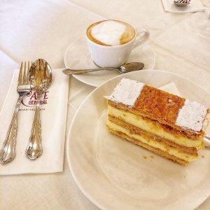 旅行的第一站我們從維也納中央咖啡館開始☕️ 去了好多地方後的最後一晚我們又回到這裡~~ 希望下次還能有這麼棒又充實的旅行😊😊 >>>拿破崙派完勝皇帝煎餅🎖 #Vienna #cafecentral #lastnight #20191003