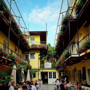 Sometimes great places are hidden inbetween buildings 🏯 . . . @infoscreen.austria #k2_blickwechsel ...