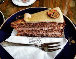 Klimt torte🍰 @gerstner.konditorei #klimttorte #klimt #gustafklimt #torte #cake #tort #cakestagram #instacake #instacakes #gerstner #gerstnerkonditorei #wien #vienna #visitwien...