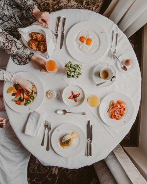 Ein großes Sonntagsfrühstück im Bett für die ganze Familie 🍳🍳🍳 #travel #vienna #niceview ...