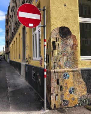 """""""O Beijo"""" de Gustav Klimt pelas ruas de Viena #streetart"""
