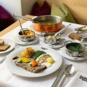 ウィーンに来たら絶対食べたい#プラフッタ の#ターフェルシュピッツ ‼️食べ方は3ステップ1️⃣旨味が溶け出たスープを食べる2️⃣骨髄をパンに塗って食べる3️⃣ほろほろ柔らかいお肉を数種類のソースで食べる😋過去の#マリソル美女組 ブログで詳しくレポートしたのでよろしければ @harukatze132 からどうぞ💟 . . #plachutta #프라후타 #ウィーン #ウィーン今 #vienna ...