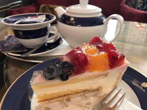 ウィーンでケーキ屋さんのハシゴをするなんて貴族なの?私。 2軒目はお友達と待ち合わせてからのGerstner そう。スミレの砂糖漬けで有名なお菓子屋さん。 ここのフルーツケーキ。 見た目通りのおいしさ♡ はあ。貴族になりたい←違 Gerstner