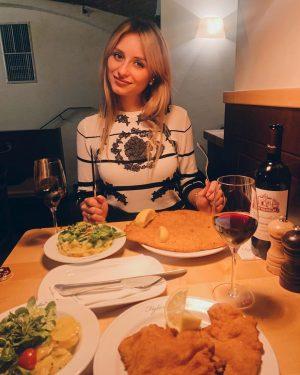 Почему все вкусные рестораны Вены забронированы на неделю вперёд?!🤨 Да потому что там нереааально вкусно! 😋😋😋Как, например,...