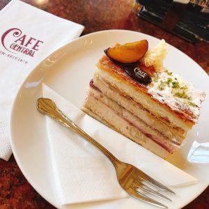 Lunch time at 維也納百年咖啡館! #lustravels #desserttime #vienna #viennacoffee #eurotrip #cafe #cafecentralvienna