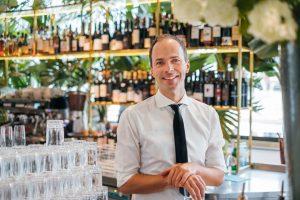 Unser lieber Martin macht sich ganz schön gut vor unserer neuen Bar! 😍 😜
