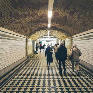 Die Wandpaneele entlang des Gangs der U Bahn Station Hütteldorf wurden leicht schräg gestellt, sodass 39 Sichtstreifen...