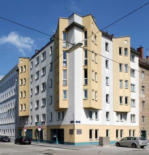 Unser Gemeindebau in der Würtzlerstraße 23 beherbergt 21 Wohnungen und ein Geschäftslokal. Das Wohnhaus liegt auf dem...