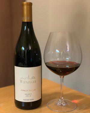 秋の連休中の一本。 肌寒くなってくると急に、こんなワインに手が伸びます。 🇦🇹オーストリアの首都、ウィーンにある醸造所、ヴィーニンガーさん。 ブルゴーニュの村名クラスと言っても過言ではない!と言われている、生産者さん。 ピノ・ノワール セレクト 2013 をあけました。 写し忘れましたが、こちらコルクでもスクリューキャップでもなく、ヴィノロックというガラスの栓。 カチっとしまり、後々いろいろ使えるので、重宝しています♡ 朱色がかった濃いめのルビーレッド、木樽由来のローストしたような、コーヒーやシナモンの香りが印象的でした。 あけたすぐは、タンニンがガシっと強く青臭さも感じますが、起きてくるととても伸びやか。 元気な果実味、豊かな酸、鉄のようなミネラルもあって、長い余韻に浸れます。 ハンバーグ、インカの目覚め、砂肝ソテーと一緒に。 /////////////////// Wieninger Pinot Noir Select...