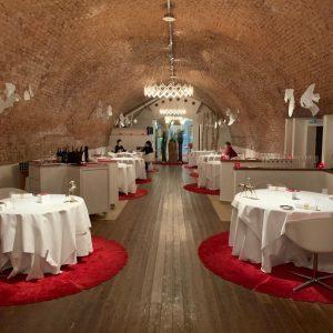維也納第一家也是唯一的米其林三星⭐️⭐️⭐️餐廳,酒窖內風格座位區,餐點調味充滿對比🆚層次與驚艷,KRUG 香檳跟Geisha 咖啡的完美搭配🥰