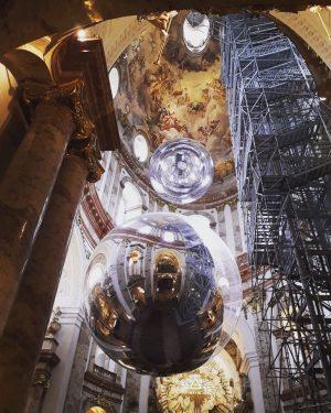 Perspektivwechsel: Kunstinstallationen in der Karlskirche Wien. #wien #vienna #karlskirche #kugeln #modernekunst #aerocene #tomassaraceno ...