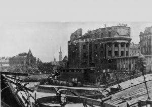 Zerstörte Urania und Aspernbrücke, ca. 1945|2019. Die erste Aspernbrücke wurde als Kettenbrücke 1864 ...