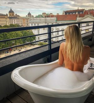 Hello Vienna - bath with a view 🛁🥰 #hello #vienna #austria #weekend #25hours #bath #view #perfect #amazing...