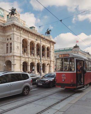 Our favorite Viennese scene ❤️🚃 #vienna_city #vienne #vienna