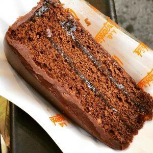 """""""Tecnicamente se non tagli una torta ma la mangi intera con la forchetta ..."""