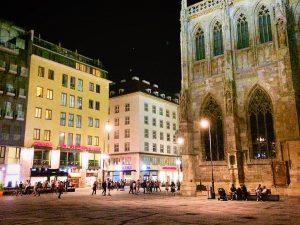 Es sind die Menschen, die das Licht in dir entzünden (können) @hotelamstephansplatz #bestintown #menschen #herzblut #concierge Herr...
