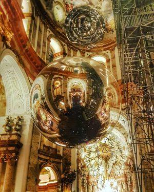 Mozarts Requiem in der Wiener Karlskirche inkl Kunstinstallation. Wow, das kannn was. #morbideswien ...