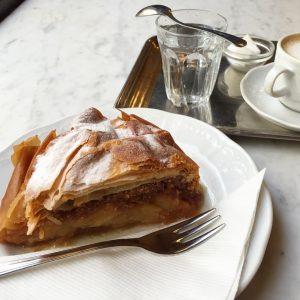 落ち着いたカフェ #アプフェルシュトゥルーデル nice and quiet cafe #apfelstrudel #海外旅行 #バックパッカー #ウィーン #世界で見つけたおいしいもの #世界のカフェ #vienna ...