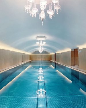 Spa with style! O spa do @sanssouciwien conta com uma piscina de 20m, ...
