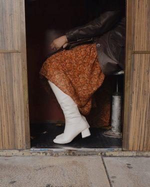 autumn details 🤎 . . . #autumnoutfit #zalandostyle #boots #retrostyle #70sfashion #viennablogger #lifestyleblogger MQ – MuseumsQuartier Wien