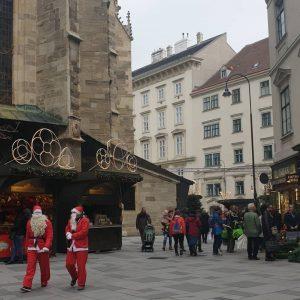VIENNA/ Wiener Begegnungen _______________ #vienna_city #stephansplatz #stephansdom #viennanow #vienna_go #nicolo #nikolo #weihnachtsmarkt #weihnachtsmann #igersvienna #igerswien #viennadaily #wienstagram...