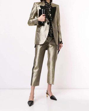 Blazer slim dourada Petar Petrov. Com lapelas, fechamento frontal por botões, bolsos frontais com lapelas, fenda traseira...