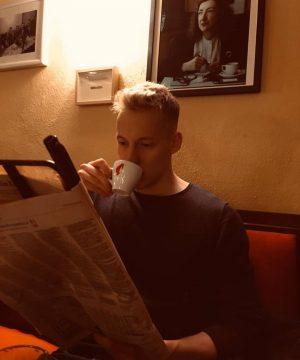#oldschool #zeitungshalter #kaffe #heisserhaffee #genießen #wirtschaftsnews #cafekorbvienna #ruhigekugelschieben @floi.si CAFE KORB