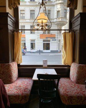 ウィーン🇦🇹ザルツブルク ひたすら老舗のカフェ巡りしてた たぶんガイドブックに載ってた老舗カフェはほとんど制覇したはず… 苦手なコーヒーも飲めた☕️ ◆ウィーン◆ #cafesperl #カフェシュペール 雰囲気・味・コスパすべてにおいて最高だった チーズリゾット  #cafecentral #カフェツェントラル 元は宮殿だったらしい、オーストリア伝統料理の #ウィンナーシュニッツェル デカ過ぎて(笑) ◆ザルツブルク◆ ...