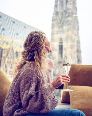 Cheers to Thursday... we can already smell the weekend! 💫🥂 . 📸 x @katialychova . #docohotelvienna #docorestaurant...