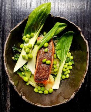 Lachsforelle. Sojabohnen. Gepuffter Reis. Pak Choi./Salmon trout. Soy beans. Puffed rice. Pok choi. #pairitwithnaturalwine #oboufés . ....