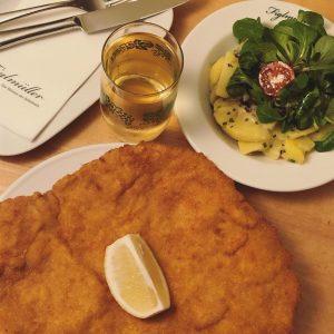 Schnitzel, Erdäpfelsalat, Traubensaft ... alles meins 😋 #figlmüller #figlmüllerschnitzel #schnitzelgehtimmer Figlmüller (official)