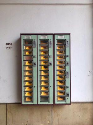 Literatuur uit de muur #hiergeenkroketten #echtwenen #wien #museumsquartier #accidentlywesanderson #crokketten MQ – MuseumsQuartier ...