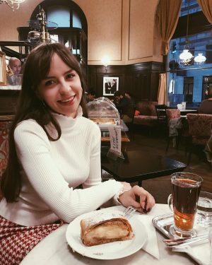 Улыбаюсь, только когда мне приносят еду. Венский штрудель покорил мое сердечко! 😋 Café ...