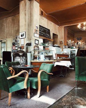 So muss Feiertag! 😍 Zeitung lesen, Apfelstrudel essen und in grünen Samtsesseln versinken... 🙏🏻😍 Mehr kuschelige Cafés...