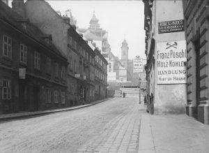 Laimgrubenkirche 1907|2019. Da die Laimgrubenkirche weit in die Mariahilfer Straße hineinragte und somit ...