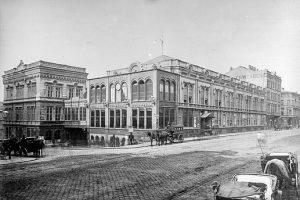 (1880/ÖNB/dasrotewien.at) Im Bereich der oberen Mariahilfer Straße/Schwendergasse befand sich im 19. Jahrhundert das ...