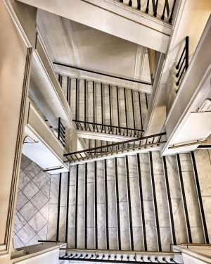 ᵘᵖ ᵒʳ ᵈᵒʷⁿ? 🆈🅾🆄🆁 🅲🅷🅾🅸🅲🅴 • • • #stairs #albertinamuseum #albertinawien #museumstairs #makeyourchoice ...