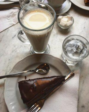 #sacher #sachertarte #tortasacher #milk #vanillamilk #lattevanigliato #torta #cake #austriancake #vienna #sacheravienna #viennois #wiensacher ...