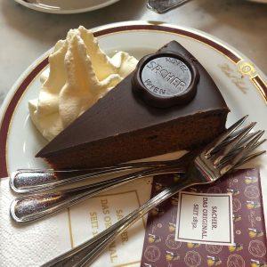. 🍑+🍫=🧡 * * 비엔나 3대 카페에서 먹는 달달한 초코케이크 자허토르테 유명하다는 커피는 ...
